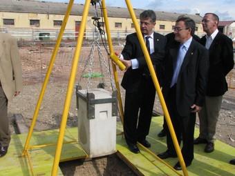 El conseller d'Agricultura, Joaquim Llena, i l'alcalde de Lleida, Àngel Ros, col·locant la primera pedra del Fruitcentre.