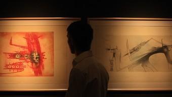 Un visitant passeja per l'exposició del pintor cubà Wifredo Lam, a la Fontana d'Or.  PERE DURAN