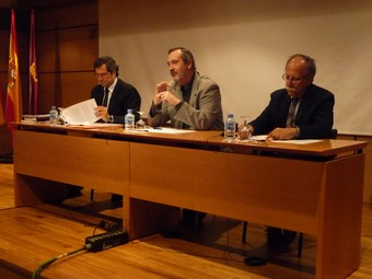 A l'esquerra, el secretari d'Estat d'Universitats, Màrius Rubiralta, ponent en la sessió d'ahir.