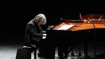 Ryuichi Sakamoto toca el piano. / LLUÍS SERRAT