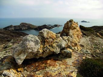 Al cap de Creus les roques dels penya-segats han estat modelades durant desenes de milers d'anys per la tramuntana, que ha transformat el paisatge d'una manera capriciosa i molt especial.  XAVIER TURRÀ