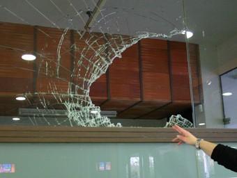Un dels vidres trencats a La Cooperativa de Sarrià.  M.B