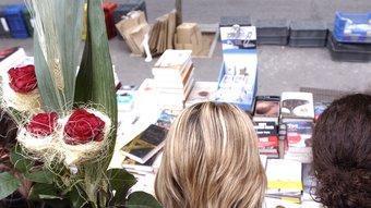 Roses i llibres, els dos ingredients essencials de qualsevol diada de Sant jordi al nostre país. PERE VIRGILI