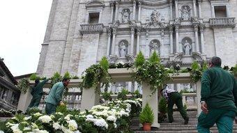 Una imatge de les escales de la catedral, ahir, durant el muntatge de l'exposició  LLUÍS SERRAT
