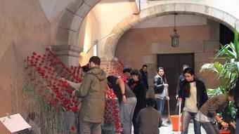 Una imatge de les feines que es feien ahir en un dels patis del carrer de la Força. JORDI NADAL