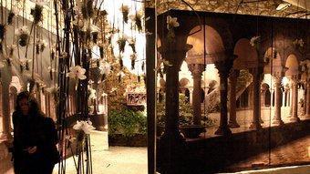 Un joc de miralls genera un ambient místic en el muntatge de torre Gironella.  LLUÍS SERRAT