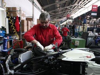 Operari de la fàbrica de motocicletes Rieju a Figueres.  Foto:ARXIU