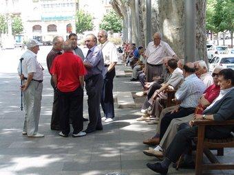 Un grup de jubilats conversen a la Rambla de Figueres.  JOSEP PUIGBERT