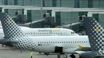 Una imatge de la terminal T-1 de l'aeroport d'El Prat amb avions de la companyia Vueling, la que mou més passatger a l'aeroport de Barcelona. ANDREU PUIG