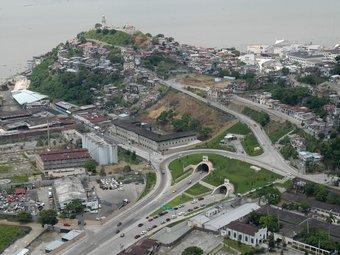 Vista de la zona adinerada de Guayaquil, amb els túnels que li fan d'accés. ARXIU