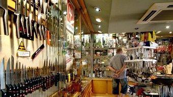 L'interior amb els ganivets en primer terme.Paulina i Maria Boué, a la botiga.  JORDI SOLER ARXIU FAMILIAR