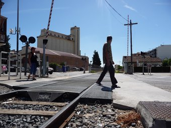 Uns vianants travessen el pas a nivell ubicat al carrer Urgell de Balaguer ahir al migdia D.M