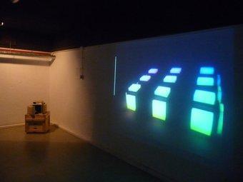 El model d'un cub robòtic –a l'esquerra– i un vídeo sobre el seu comportament M.C.B