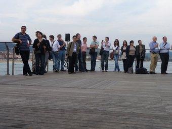 Un moment de la visita dels científics al pont del petroli, ahir. J.G.N