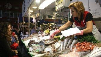 Imatge recent de la parada de peixos Serra al mercat de Girona, a la plaça del Lleó.  MANEL LLADÓ