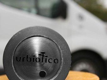 El detector que forma part del nou sistema de detecció de places lliures d'aparcament es pot incrustar a l'asfalt UPC