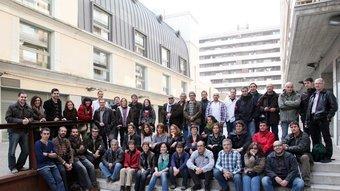 Els equips de fotografia, llengua, disseny i arxiu del grup al passatge de la Farinera Teixidor, a Girona. A.PUIG