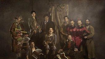 Albert Pla, Pascal Comelade i la resta de La Petita Orquestra Somiatruites, en una de les fotos promocionals de l'espectacle Somiatruites. DAVID RUANO