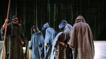 Wazâân, el cec, amb els vells del poble i SImone, la folla que crida el seu lament, a 'Littoral'. JEAN-LOUIS FERNÁNDEZ