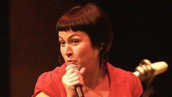 A més d'un cert aire Amélie d'Anna Roig , el francès es fusiona a la perfecció a les seves cançons. MANEL LLADÓ