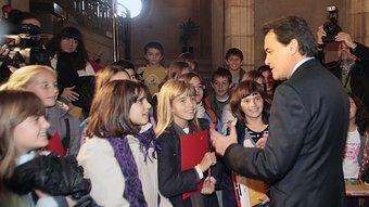 El futur president de la Generalitat, Artur Mas, conversant amb uns escolars de visita a la seu del Parlament JOSEP LOSADA