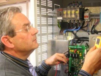 Josep Balcells fa comprovacions de la tecnologia en un centre de transformació UPC
