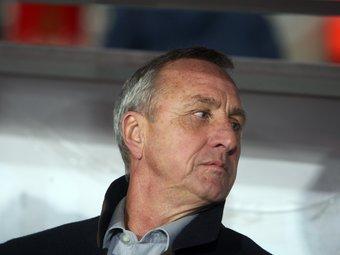 Johan Cruyff, en un moment del partit d'ahir a Montjuïc. /  O.DURAN