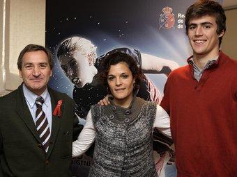 Javi Cabot, nou director de la cita, i els jugadors Núria Camon, capitana, i Àlex Casasayas.  RC POLO