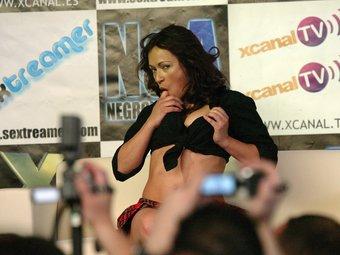 Una actriu porno, exhibint-se en el Saló Eròtic que la primavera passada es va fer a Cornellà de Llobregat.  ANDREU PUIG