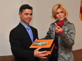 Tibau rep de Pruna la documentació i els balanços d'activitat com a nou secretari general de l'Esport.  Foto:JORDI ESTRUCH / SGE