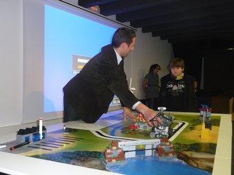 El director de la First Lego League a Espanya, David Serra, tot fent una demostració M.C.B