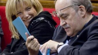 Andreu Mas Colell, conseller d'Economia, repassa un dossier en una sessió del Parlament ROBERT RAMOS / ARXIU