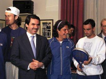 José Maria Aznar fa broma amb Arantxa Sánchez- Vicario, Alberto Berasategui (d) i Carlos Moyá (e) durant una visita al R.C. Tennis de Barcelona, el febrer de 200, amb motiu del centenari del club.  ARXIU