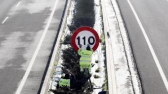 Un operari canvia el límit de velocitat en una autopista espanyola JESÚS DIGES / EFE