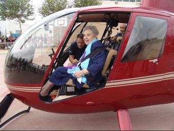 Montserrat Sans, asseguda a l'helicòpter. JOSEP PUIGBERT