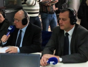 El candidat socialista Pierre Esteve reelegit a la primera volta, al micro de France Bleu Roussillon. Al seu costat el candidat del FN Louis Aliot. NICOLAS CAUDEVILLE