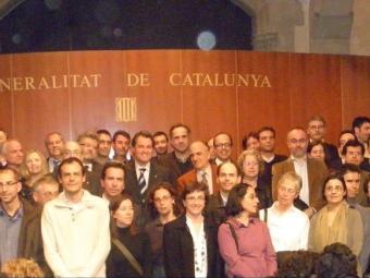 El president de la Generalitat, Artur Mas, el conseller Andreu Mas-Colell (ocult a la seva dreta) i el director de l'ICREA, Jaume Bertranpetit (a la seva esquerra), van compartir dilluns al palau de la Generalitat la celebració del desè aniversari d'aquesta institució amb un grup dels investigadors DPG