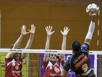 Cácerers remata des del cel en el partit de Tarragona.  TJERK