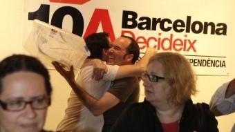 Dos organitzadors celebren l'èxit de la participació en la consulta de Barcelona, ahir ROBERT RAMOS