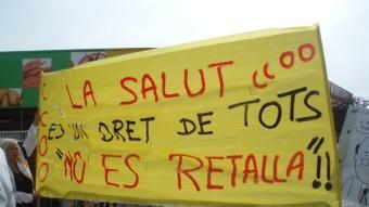 Pancarta contra les retalles a Sanitat anunciades pel govern.  EL PUNT