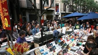 La Rambla de Girona per Sant Jordi. Foto:MANEL LLADÓ