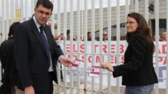 Morera i Oltra exhibeixen les credencials de diputats en la porta de RTVV. REDACCIÓ