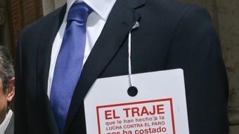 Els diputats Carme Ninet i Ángel Luna, amb el maniquís de la campanya. ARXIU