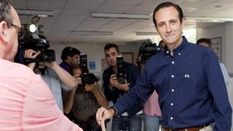 El candidat del PP al Parlament Balear, José Ramón Bauzà, votant avui a Marratxí Foto:MONTSERRAT T. DIEZ