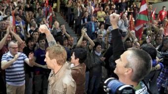 Etxeberria i Permach, representants de l'esquerra abertzale, saluden el públic en un acte de Bildu a Sant Sebastià EFE