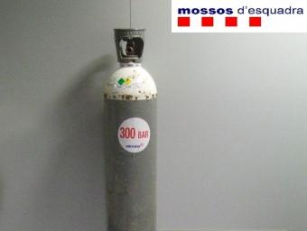 La bombona d'oxigen amb la qual els lladres alimentaven una màquina per tallar el ferro. EL PUNT