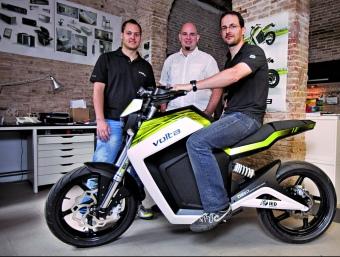 Marc Barceló (a la moto), Diego Quiroga i Joan Sabata, socis de Volta.  ROBERT RAMOS