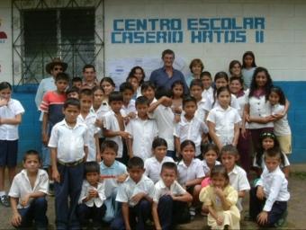 Alumnes d'una de les escoles de Segundo Montes -construïda per l'ONG banyolina- i membres d'aquesta entitat. BANYOLES SOLIDÀRIA