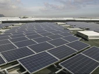 Planta fotovoltaica la terrassa d'un edifici. ARXIU