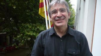 L'alcalde de la CUP, Josep Manel Ximenis al balcó de l'Ajuntament amb la riera al fons. ELENA FERRAN